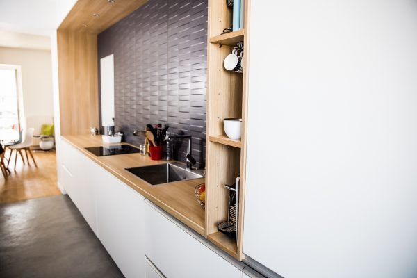 Une cuisine sur mesure avec des niches intégrée.